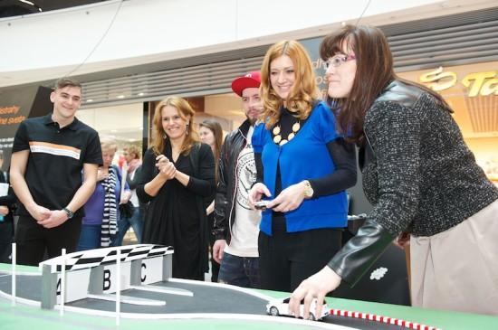 Jeden z exponátov výstavy, interaktívnu autodráhu, si medzi prvými vyskúšali, sprava: Mária Tóthová Šimčáková, Andrea Cocherová, Laci Strike a Bibiana Ondrejková.