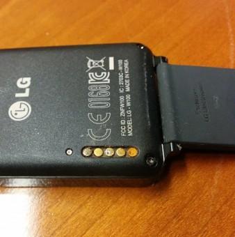 LG G Watch skorodované kontakty b