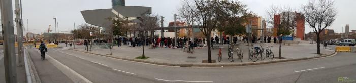 Blšák priamo na ulici. Kým sme 15 minút čakali na električku, zbehlo sa tam asi 200 ľudí, ktorí medzi sebou vymieňali všakovaký tovar. Od oblečenia, cez športové potreby, až po elektroniku.