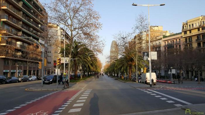 Súčasťou Barcelony sú aj pruhy pre cyklistov a chodcov medzi cestami pre autá.