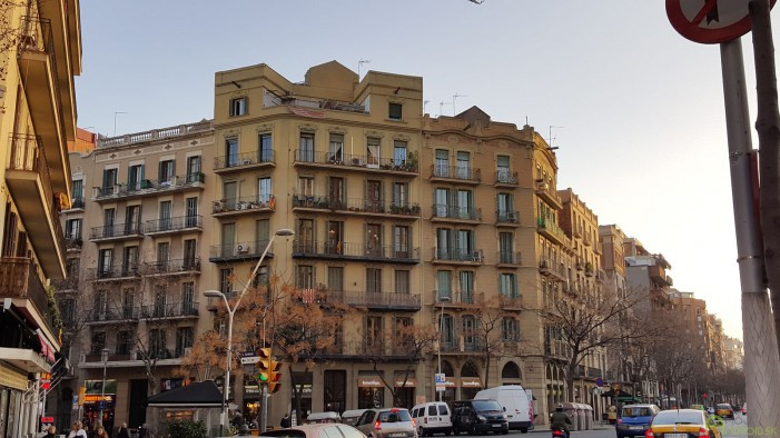 """Barcelonskú architektúru som si naozaj zamiloval. Toto je bežná """"bytovka"""" na jednej z ulíc blízko chrámu Sagrada Familia."""