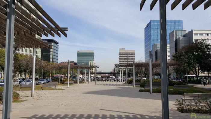 Hlavná cesta v blízkosti výstaviska. Aj tu vidieť stredový pruh pre cyklistov a chodcov, na pozadí mrakodrapy. Išlo o modernejšiu časť Barcelony.