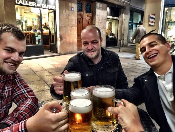 V Barcelone ide konkurencia bokom a všetci novinári držia (pijú) spolu. V strede Marek Šimunek z Techbox.sk a vpravo Drahomír Piok z Hospodárskych novín.