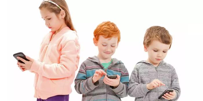 Závislosť na smartfóne môže byť pre deti nebezpečná rovnako ako závislosť na drogách