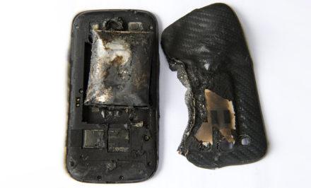 La-Chaux-de-Fonds. Le 4 juillet 2013. Fanny Schlatter, son telephone, Samsung, a pris feu dans sa poche de salopette.