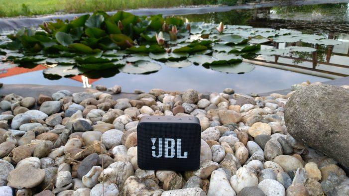 Malé JBL môžete pokojne zobrať aj ku vode
