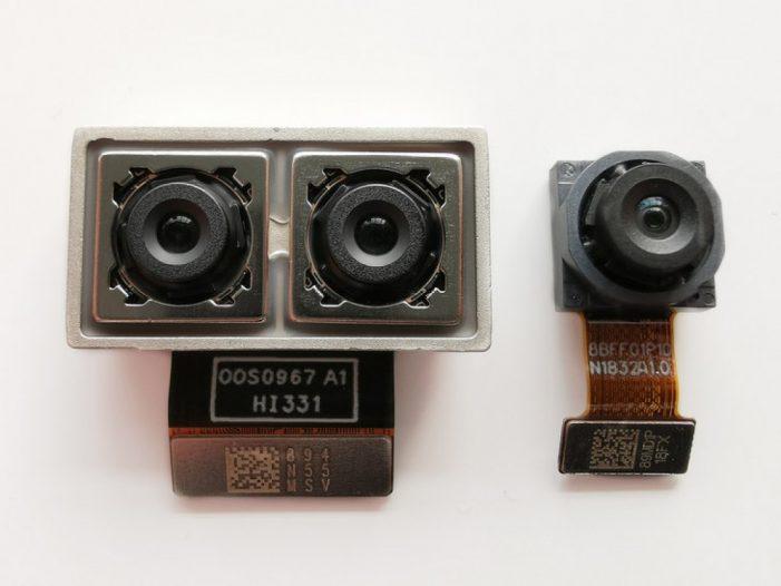 Zadná trojica je tvorená farebným, čiernobielym a širokouhlým objektívom