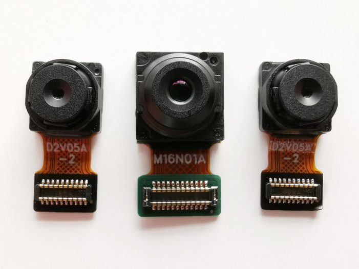Stredná šošovka má 16 megapixelov, ostatné dve sa starajú o portrétny režim a odomykanie tvárou
