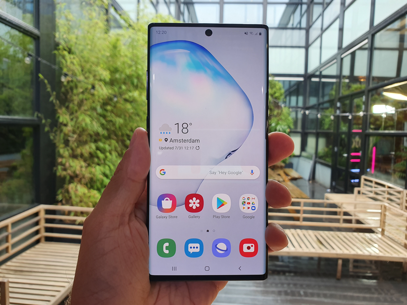 Samsung Galaxy Note 10 diera v displeji