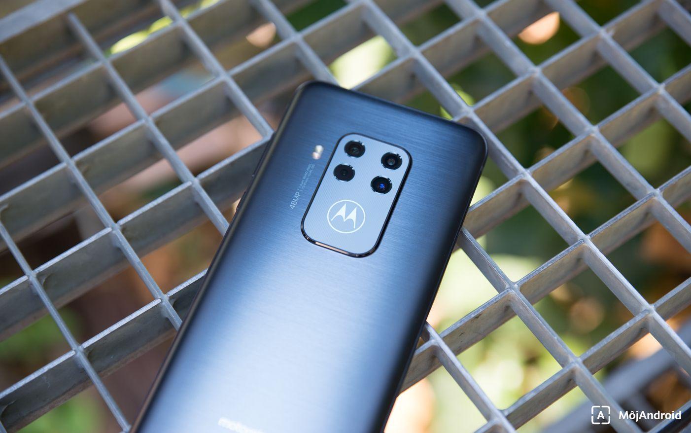Motorola one zoom svietiace logo