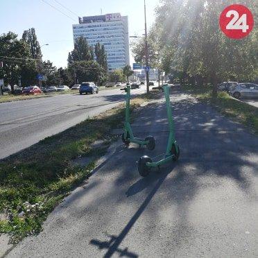 Bolt Kolobežky zaparkované v strede chodníka