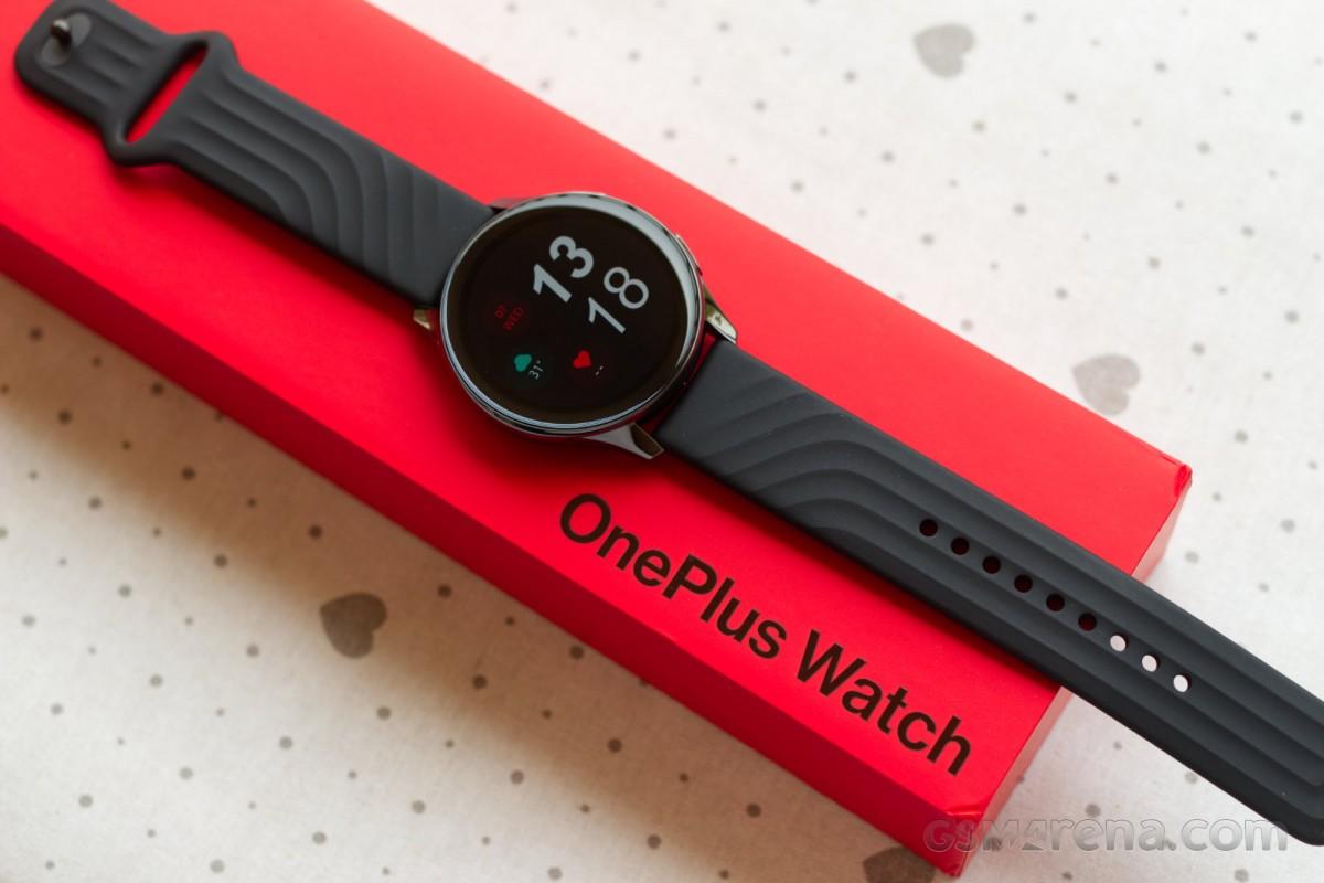OnePlus Watch s krabicou